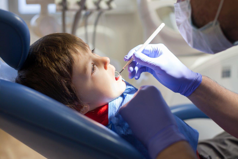 Su vaiku nuo mažens kalbėkite apie dantukus, jų priežiūrą.<br>123rf nuotr.