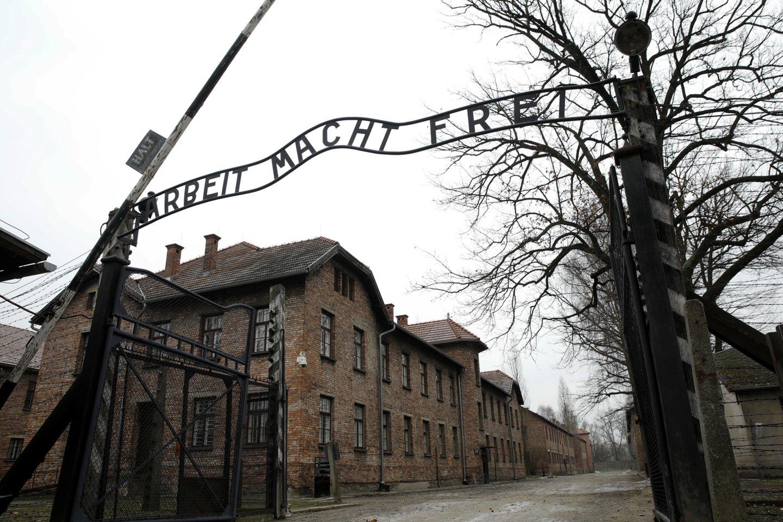 Lenkijoje atliekamas tyrimas dėl netoli buvusios Aušvico mirties stovyklos rastų palaikų. <br>Reuters/Scanpix nuotr.