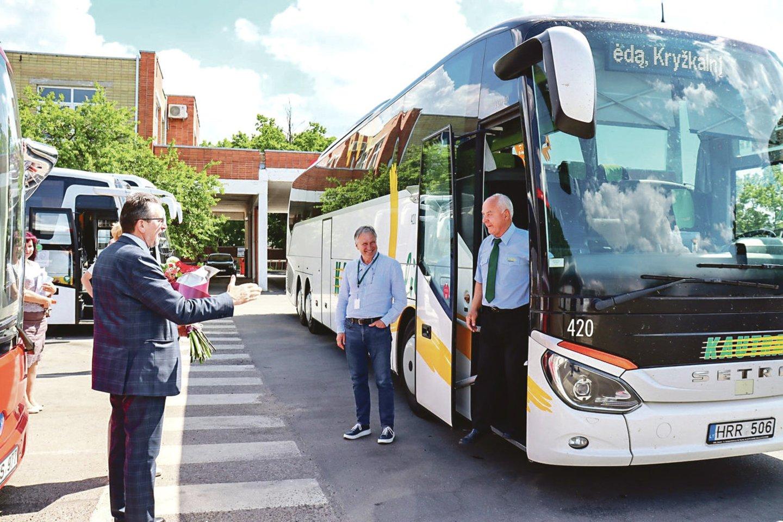 """Autobusų vairuotojas Z.Jurgaitis (dešinėje) bendrovėje dirba jau 50 metų.<br>""""Kautros"""" nuotr."""