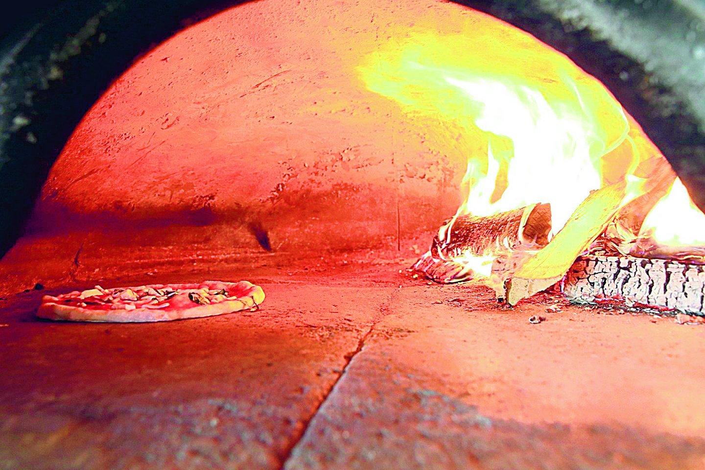 Užupio picerijoje neapolietiška pica kepama tik malkinėje krosnyje ir kur kas aukštesnėje temperatūroje nei kitos picos – karštis siekia net 450–480 laipsnių.