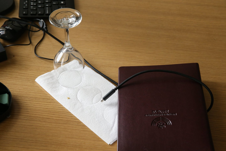 Po kratos M.Puidokas ketvirtadienį rodė savo kabinetą ir suplėšytą kišenę.<br>R.Danisevičiaus nuotr.