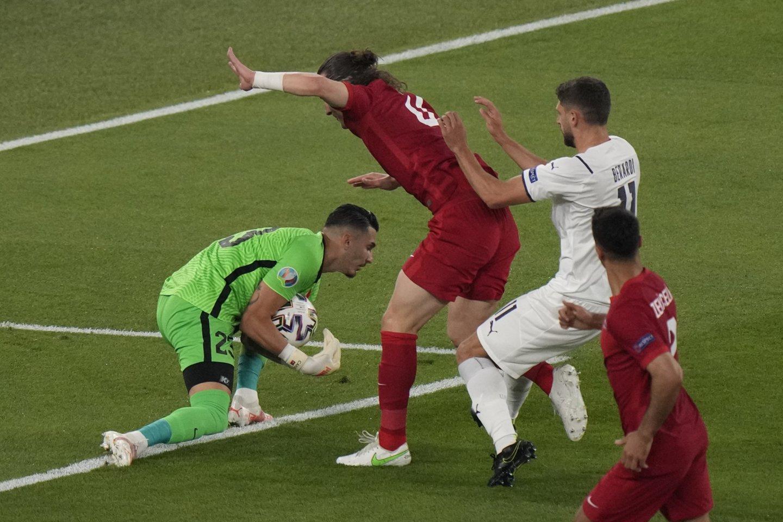 Turkijos ir Italijos rungtynių akimirka.<br>AP nuotr.