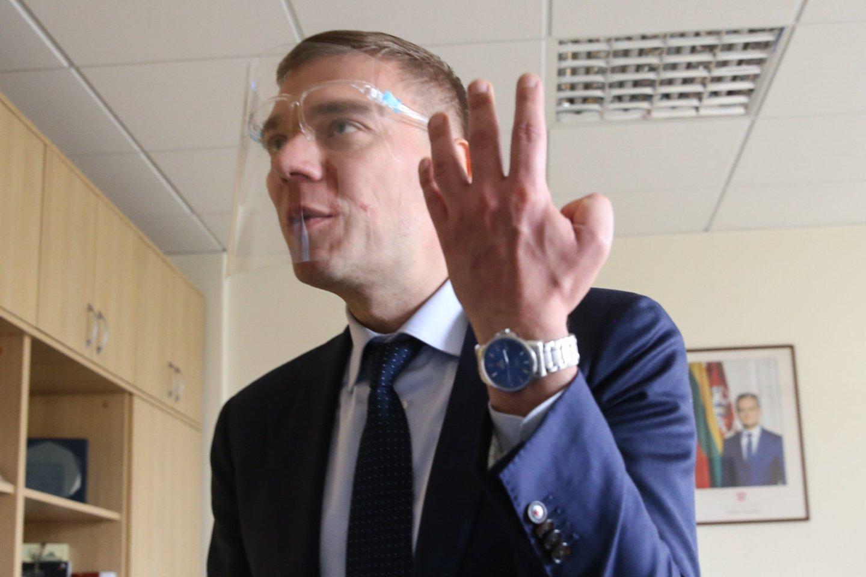 Po kratos Seime M.Puidokas demonstravo ir suplyšusią kišenę.<br>R.Danisevičiaus nuotr.