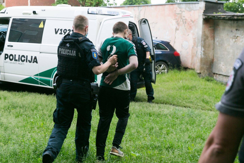 Šiame sostinės daugiabutyje šeštadienio rytą rastas nužudytas 35 metų vyras, sulaikyti trys įtariamieji.<br>T.Bauro nuotr.
