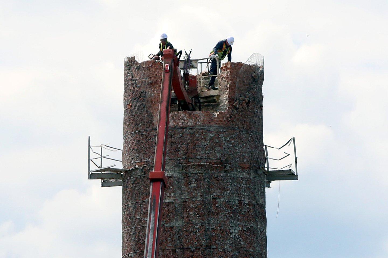 Viršutinę kamino dalį tenka ardyti rankomis, vėliau prireiks ekskavatoriaus.<br>M.Patašiaus nuotr.