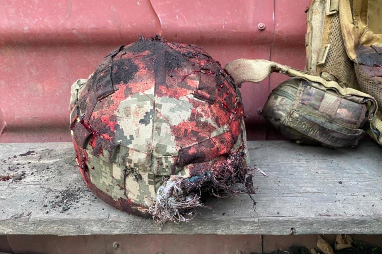 Nuo snaiperio kulkos žuvusiojo kario šalmas su kulkos žyme.<br>Karių nuotr.