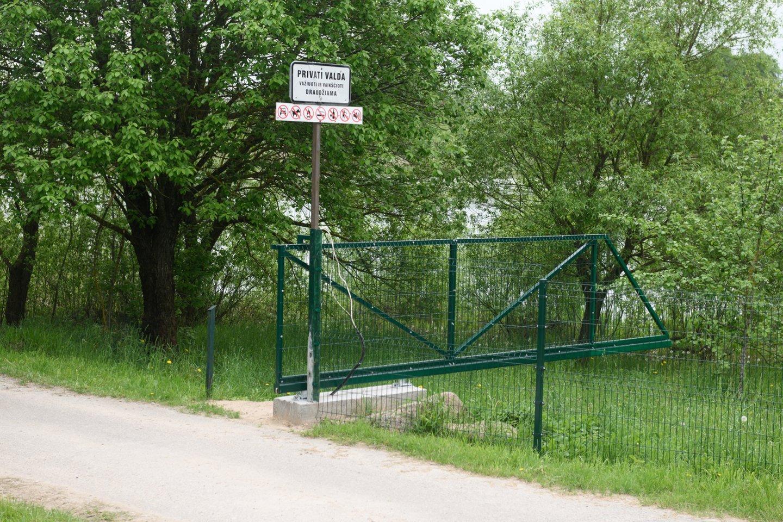 Prie Gilužio ežero įsikūrę naujakuriai įsirengė poilsinę, sporto aikštelę ir apribojo kitų žmonių patekimą prie ežero.<br>V.Skaraičio nuotr.