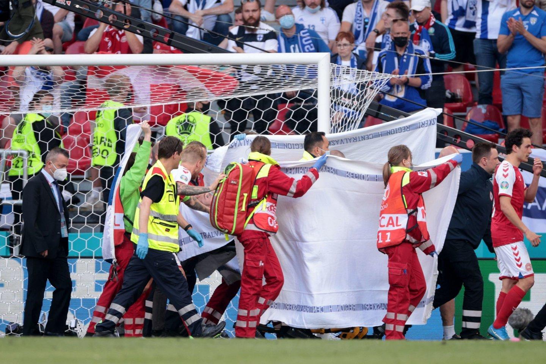 Ch.Eriksenui aikštėje susmukus be gyvybės ženklų futbolininką išgelbėjo medikai.<br>AP/Scanpix nuotr.