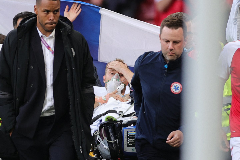 Ch.Eriksenas šeštadienį aikštėje prarado sąmonę, jį atgaivino tik medikai.<br>AFP/Scanpix nuotr.