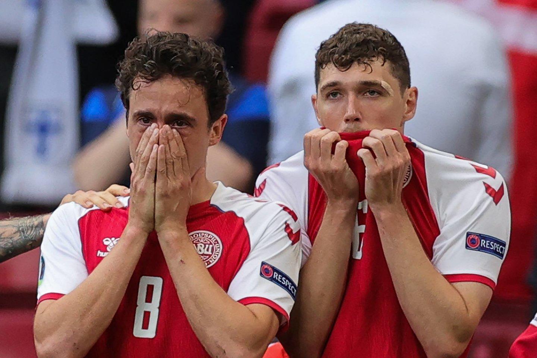 Danijos ir Suomijos sustabdytų rungtynių akimirkos.<br>AFP/Scanpix nuotr.