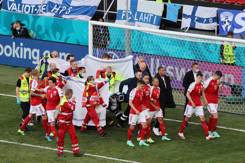 Sustabdytų Danijos ir Suomijos rungtynių akimirka.<br>AP/Scanpix nuotr.