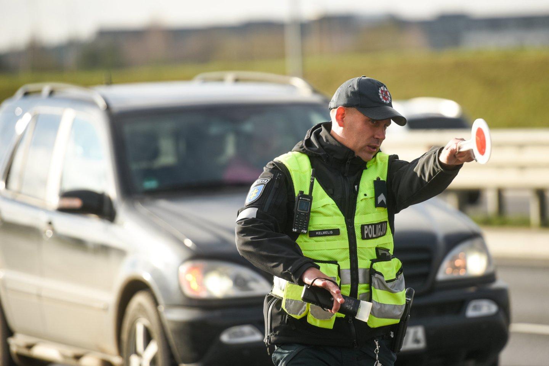 Lietuvos policija nuolat organizuoja policines priemones transporto priemonių vairuotojų blaivumui tikrinti.<br>D.Umbraso nuotr.