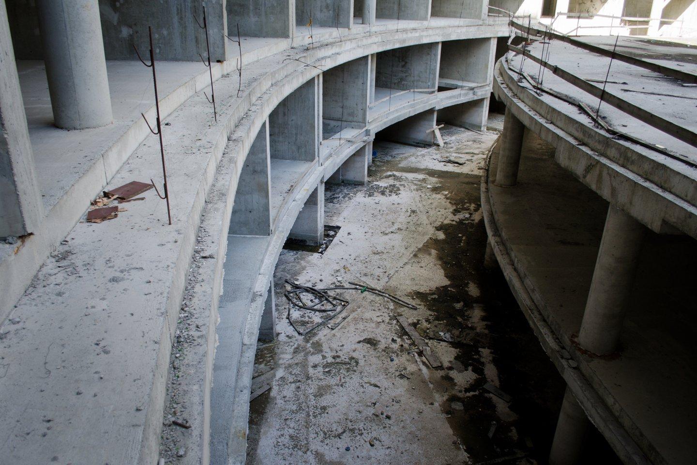"""""""Arfa"""" vadintas apartamentų kompleksas dešimtmetį stovėjo apleistas.<br>D.Umbraso nuotr."""