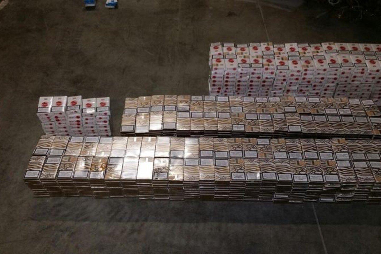 Pareigūnai Akmenės rajone, vagone aptiko nemenką kiekį baltarusiškų kontrabandinių cigarečių.<br>Policijos asociatyvioji nuotr.