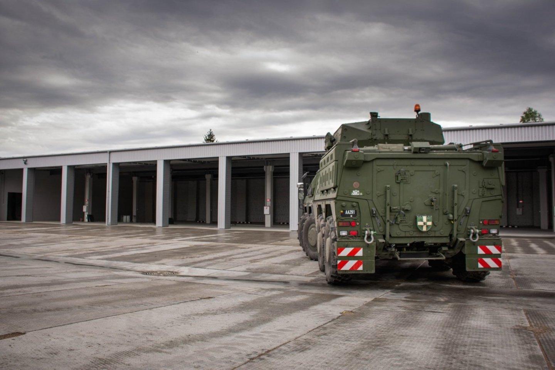 Savo darbų sąrašuose krašto apsaugos ministras Arvydas Anušauskas kariuomenės infrastruktūros plėtrą išskiria kaip esminį prioritetą, kuriam ypatingą dėmesį skiria nuo darbo ministerijoje pradžios.<br>Lietuvos kariuomenės ir KAM archyvo nuotr.