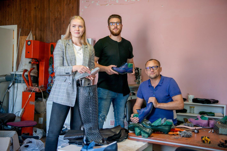 Anapilin iškeliavęs batų dizaineris Žanas Maslauskas su sūnumi ir Gintare.<br>J.Stacevičiaus nuotr.