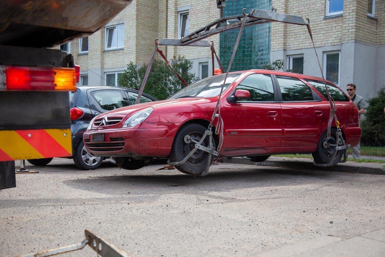 Vilniaus miesto savivaldybė ragina neeksploatuojamų (nenaudojamų), be priežiūros paliktų transporto priemonių savininkus jomis pasirūpinti.<br>J.Lengvino nuotr.