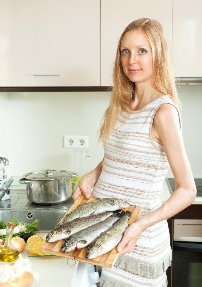 Nors žuvies vartojimas nėštumo metu neretai vertinamas kontraversiškai, žuvis ir jūros gėrybės – vienas svarbiausių visavertės mitybos komponentų.<br>123rf.com asociatyvi nuotr.