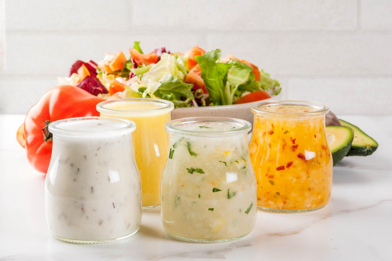 Niekas taip nepagerina salotų skonio, kaip padažas.<br>123rf nuotr.