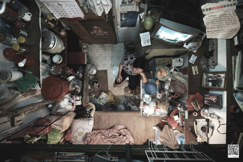 Honkonge kai kurios šeimos yra priverstos gyventi 3,7 kvadratinių metrų ploto apartamentuose.<br>SoCO nuotr.