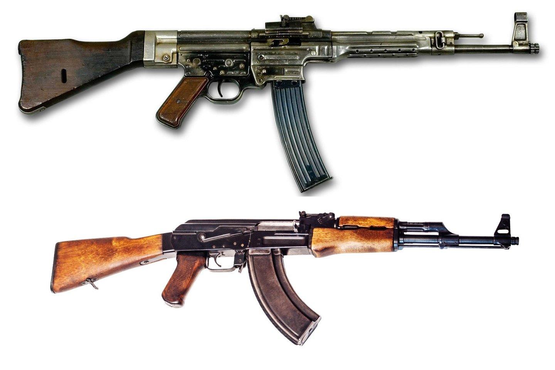 """StG44"" (viršuje) ir ""AK-47""."