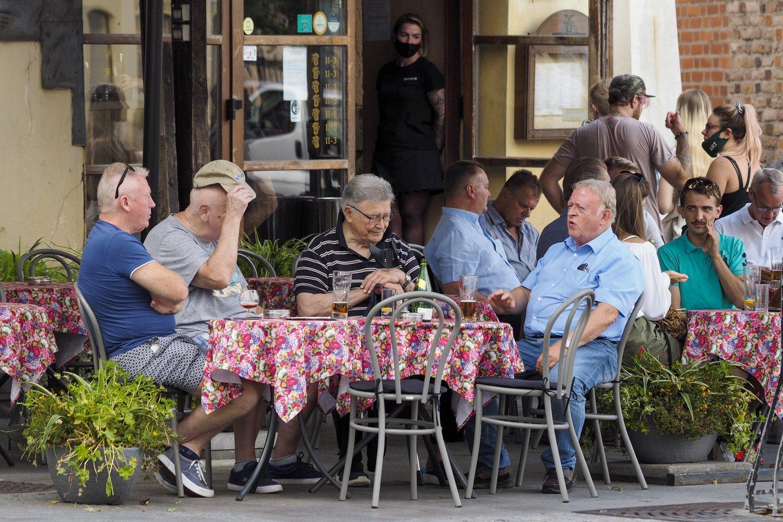 Nors lauko kavinėse jau buriasi žmonės, apgyvendinimo ir maitinimo sektorius į galimą trečią koronaviruso bangą žiūri atsargiai ir tikina, kad antrojo karantino sąlygomis dar vienos bangos neišgyventų.<br>V.Ščiavinsko nuotr.