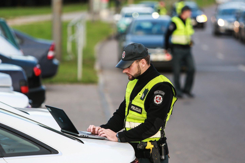 Kauno apskrities vyriausiojo policijos komisariato Kelių policijos valdybos pareigūnai praėjusią savaitę jaunam vyrui, po socialiniame tinkle pasirodžiusio vaizdo įrašo, surašė administracinio nusižengimo protokolą.<br>G.Bitvinsko nuotr.