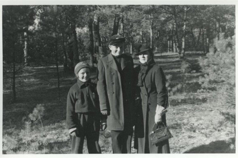 Pranė Grinkevičienė su sūnumi Juozu ir dukra Dalia. Kaunas, 1937 m.