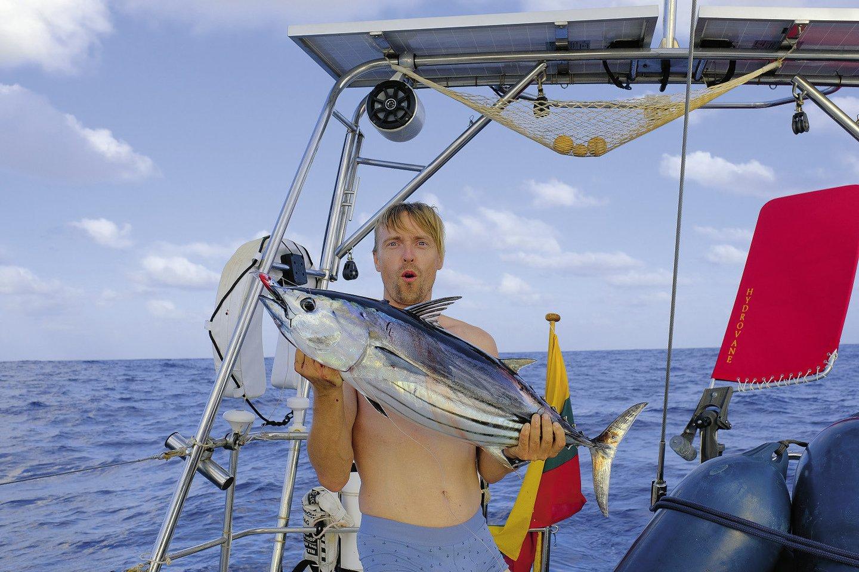 Rokas džiaugėsi vandenyno dovana – 6 kg tunu.<br>Asmeninio albumo nuotr.
