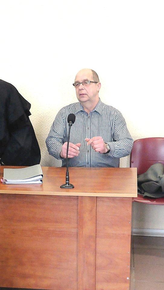 Pasvalio autobusų parką nuo bankroto išgelbėjęs G.Matijošaitis ne tik neteko direktoriaus pareigų, bet ir buvo priverstas ilgai trinti teisiamųjų suolą.<br>K.Vanago (BFL) nuotr.