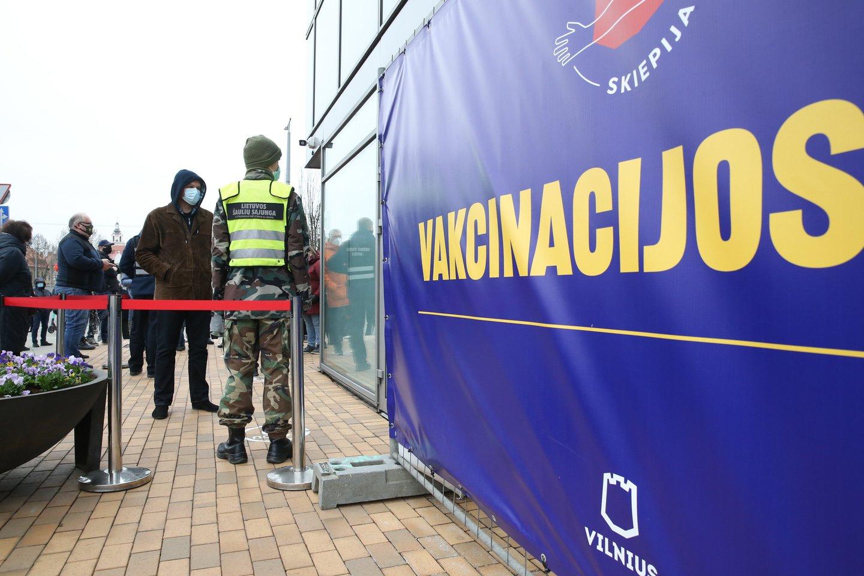 vakcinacijos centras, Vilniaus miesto savivaldybė nemaža laukiančiųjų eilė – senjorai skiepai nuo COVID-19<br>R.Danisevičiaus nuotr.
