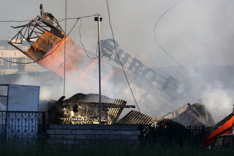 Novosibirsko mieste esančioje dujų degalinėje gaisras ankstyvą popietę įsiplieskė dujovežiui pildant dujų cisternas.<br>TASS/Scanpix nuotr.