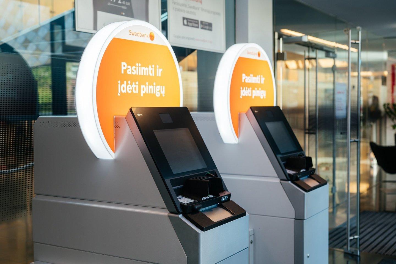 """Siekdamas atnaujinti bankomatų tinklą, """"Swedbank"""" toliau diegia universalius naujos kartos bankomatus, kurie ir išduoda, ir priima grynuosius pinigus.<br>""""Swedbank"""" nuotr."""