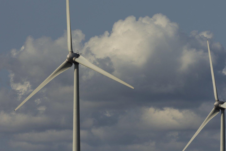Vėjo jėgainės,debesys,gervės,orai<br>V.Ščiavinsko nuotr.