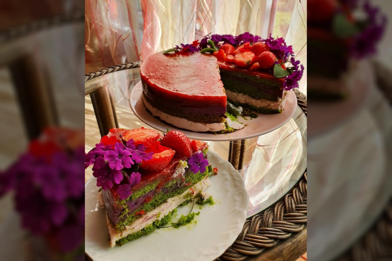 Justinos Žvirblytės pagamintas špinatų tortas su mėlynėmis ir braškėmis.<br>Pranešimo nuotr.