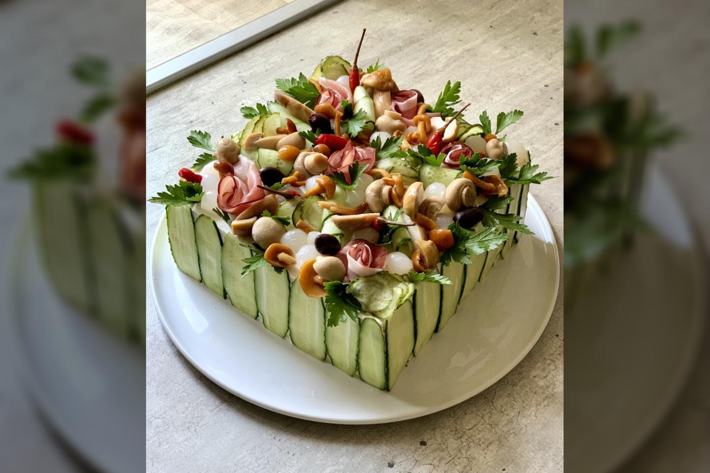 Lauros Galkinaitės pagamintas sumuštinių tortas su grybais ir šonine.<br>Pranešimo nuotr.