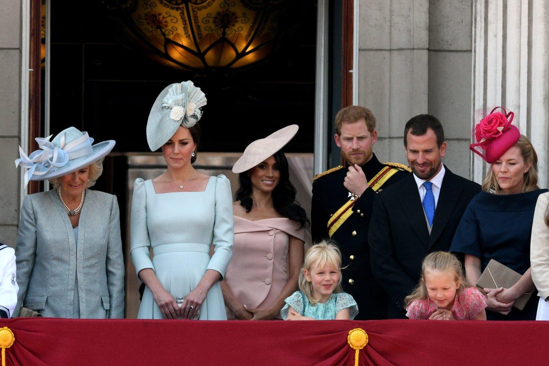 Iš kairės: Camilla, Catherine Middleton, Meghan Markle, princas Harry, Peteris Phillipsas ir Autumn su dukromis.<br>SIPA/Scanpix nuotr.