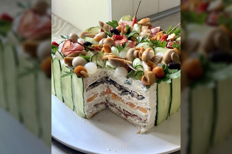 Lauros Galkinaitės pagamintas sumuštinių tortas su grybais ir šonine.<br> Pranešimo nuotr.