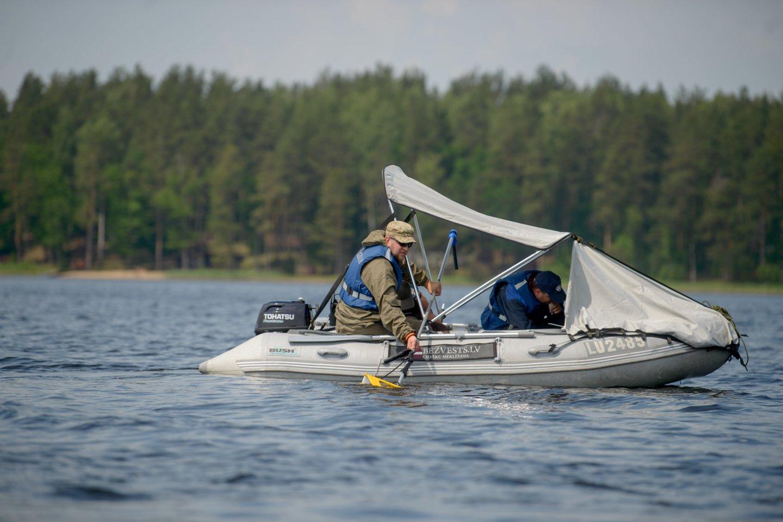 """Aplinkos apsaugos departamento Marijampolės gyvosios gamtos apsaugos inspekcijos pareigūnai, kartu su Lietuvos transporto saugos administracijos pareigūnais vykdydami akciją """"Plaukiok atsakingai"""", išžvalgė Vištyčio ir Paežerių ežerus. Aplinkosaugininkai nustatė 5 pažeidimus.<br>J.Stacevičiaus asociatyvi nuotr."""