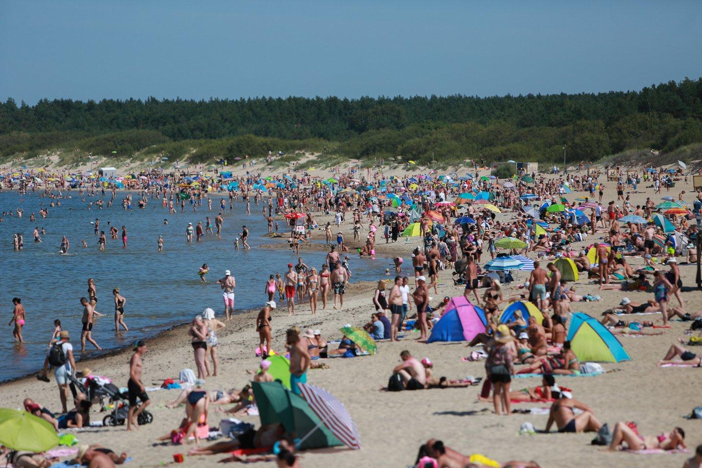 Įsibėgėjant vasarai, šiltėjant orams ir laisvėjant karantino ribojimams daugelis planuoja poilsį ir važiuoja prie jūros.<br>G.Bitvinsko nuotr.