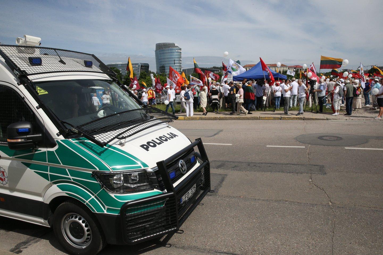 """Protesto akcija prie Seimo dėl """"Didžiojo Šeimos Gynimo Maršo"""" metu iškeltų tikslų.<br>R.Danisevičiaus nuotr."""