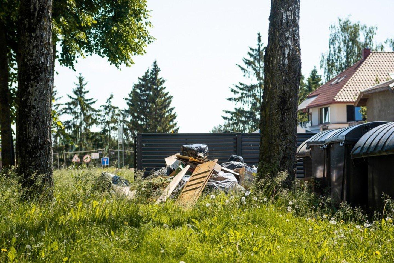 Skaitytojai piktinasi šalia šiukšlių konteinerių suverstomis buitinėmis ir kitomis atliekomis, kurių esą komunalininkai išvežti neskuba.<br>R. Ančerevičiaus nuotr.