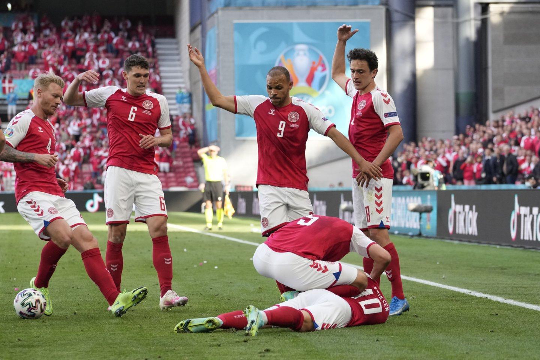 Rungtynių metu Ch.Eriksenui buvo sustojusi širdis.<br>APF/Scanpix nuotr.