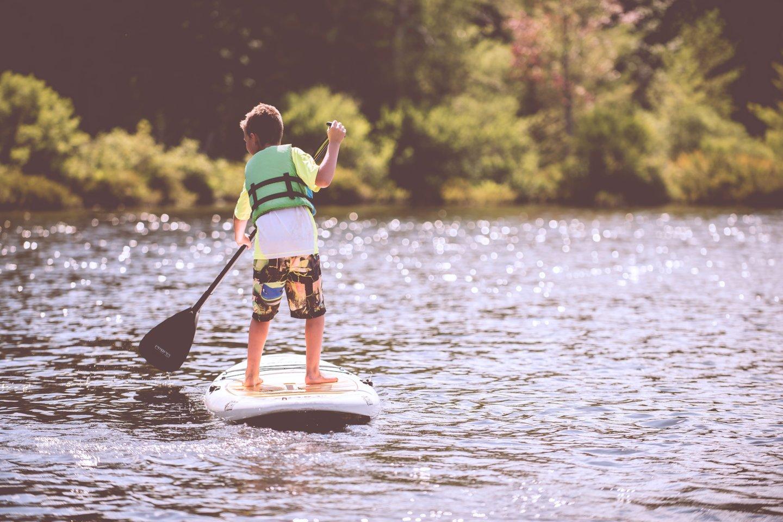 """Ramiame vandenyje ir vaikai gali patys plaukioti irklente.<br>""""Unsplash"""" nuotr."""