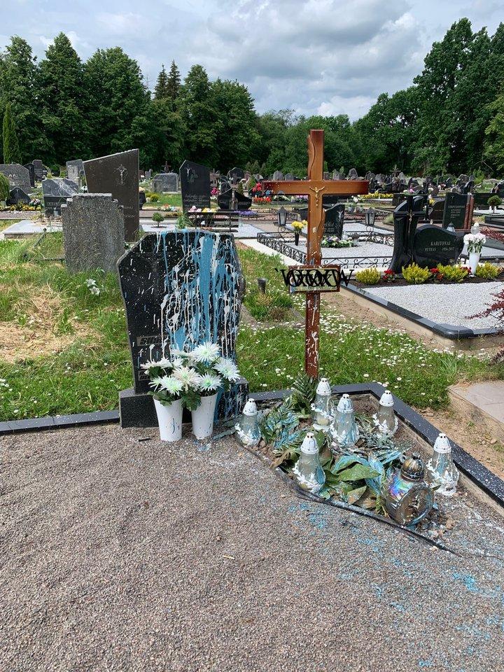 Kapavietė buvo gausiai apipilta mėlynais ir baltais dažais.<br>V.Stanislovaičio nuotr.