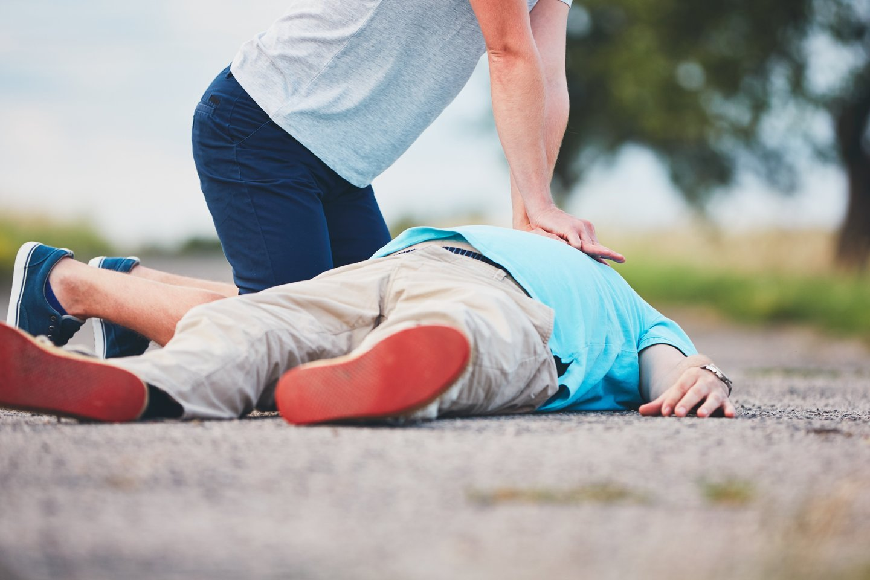 Net ir ne visai teisingai atliktas širdies masažas, dirbtinis kvėpavimas ar sustabdytas kraujavimas gali išgelbėti žmogui gyvybę.<br>123rf nuotr.