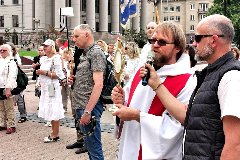 Prie Seimo pasirodėskandalingai pagarsėjęs Kretingos kapelionas Paulius Vaineikis.<br>R.Danisevičiaus nuotr.