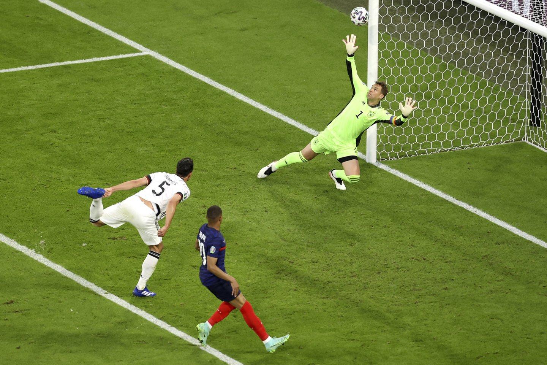 M.Hummelsas pasiuntė kamuolį į savo vartus.<br>AP/Scanpix nuotr.