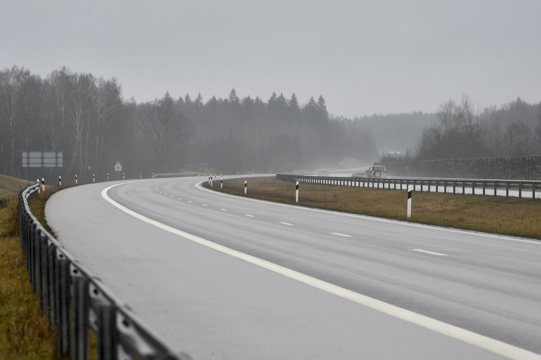 Žemaitijoje eismo sąlygas sunkina rūkas.<br>V.Ščiavinsko nuotr.