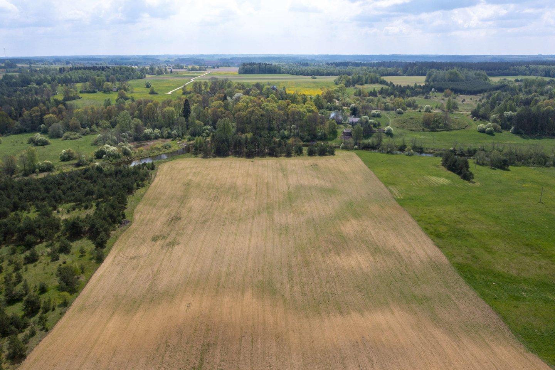 Valstybinė mokesčių inspekcija (VMI) informuoja, kad leidimai ūkininkams įsigyti lengvatinių žemės ūkyje naudoti skirtų gazolių (žymėtų dyzelinių degalų) naujiems ūkiniams metams bus išduodami Mano VMI nuo š. m. liepos 7 d.<br>V.Ščiavinsko nuotr.